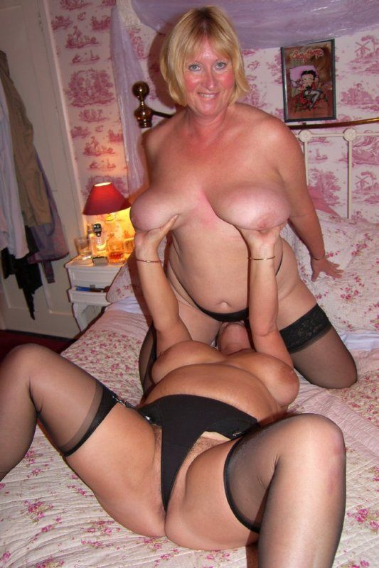 Amateur housewife eats pussy